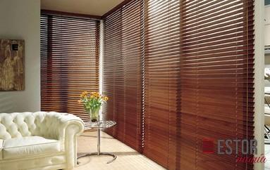 persianas venecianas de madera crea una estancia elegante